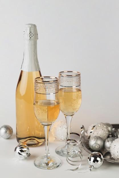 テーブルの上のグラスとシャンパンのボトル 無料写真