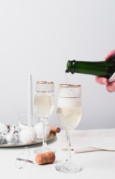 Крупный план шампанского, наливающего в бокал Бесплатные Фотографии