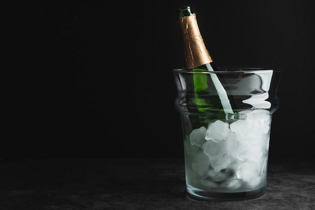 Бутылка шампанского в ведерке со льдом с копией пространства Бесплатные Фотографии