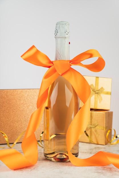 Крупный план роскошной бутылки шампанского с лентой Бесплатные Фотографии
