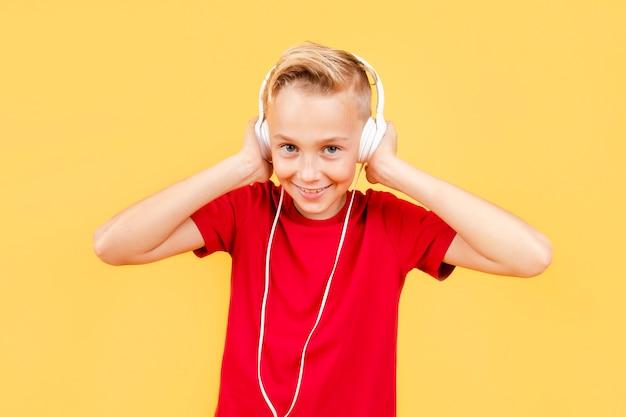 Смайлик мальчик слушает музыку Бесплатные Фотографии