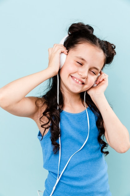 Маленькая девочка живет музыка в наушниках Бесплатные Фотографии