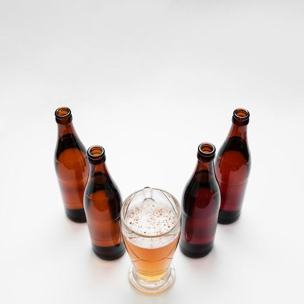 ガラスとビール瓶の配置 無料写真