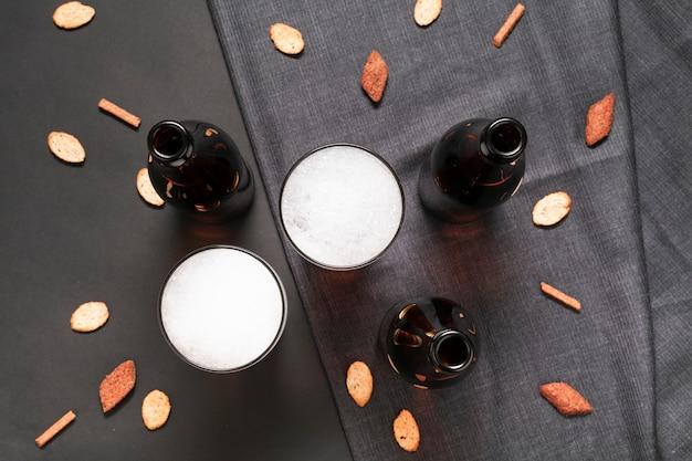 フラットレイアウトボトルと軽食とビールのグラス 無料写真