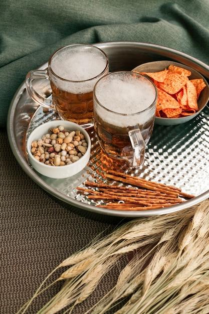 ビールグラスとスナックのトレイ 無料写真