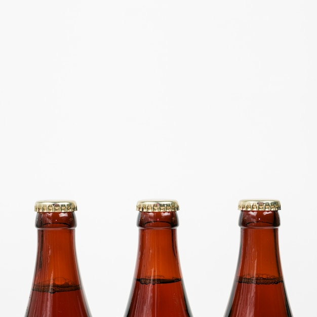 コピースペースで白い背景にビール瓶を閉じる 無料写真