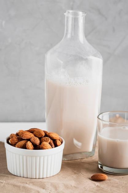 ボトルとグラスにアーモンドミルク 無料写真