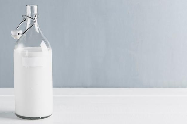 牛乳瓶とコピースペース 無料写真