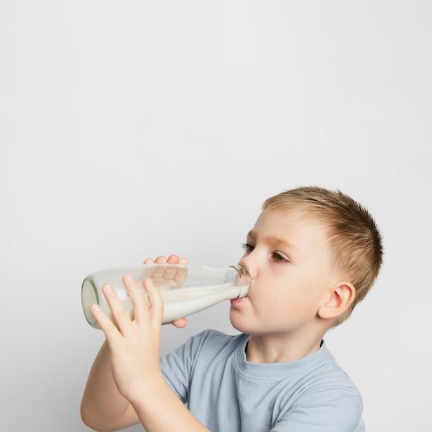 ボトルで牛乳を飲む子供 無料写真