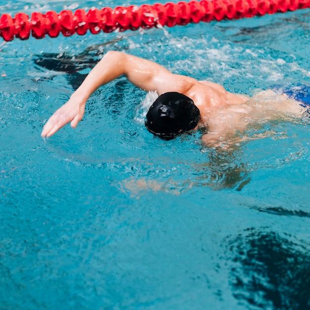 水で顔を泳いで高角度の男 無料写真