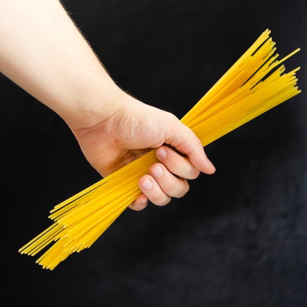スパゲッティを持っている手 無料写真