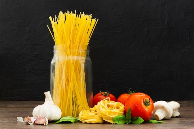 トマトとニンニクの瓶のスパゲッティ 無料写真