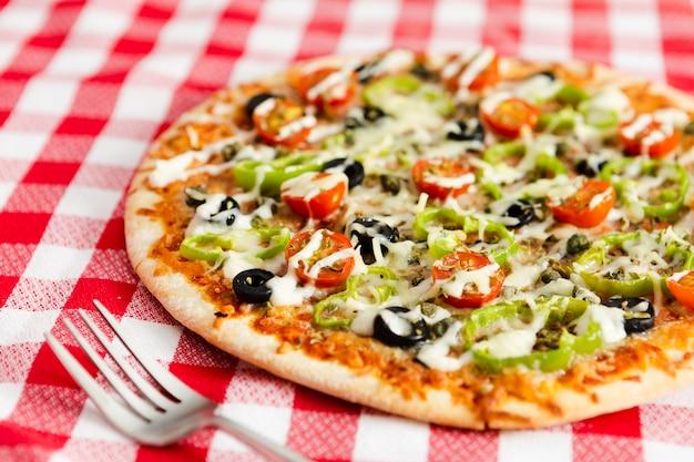 野菜のトッピングとピザのクローズアップ 無料写真
