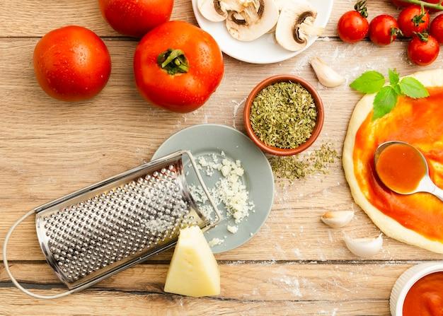 すりおろしたチーズとトマトとハーブ 無料写真