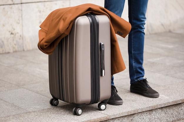 Крупный план путешественника с багажом Бесплатные Фотографии