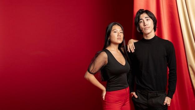 新しい中国の年のポーズカジュアルなカップル 無料写真