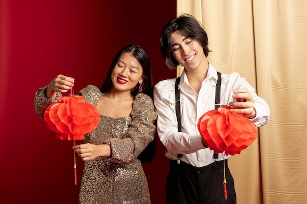 Пара держит фонари на китайский новый год Бесплатные Фотографии