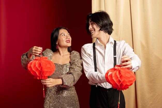 Пара смотрит друг на друга на китайский новый год Бесплатные Фотографии