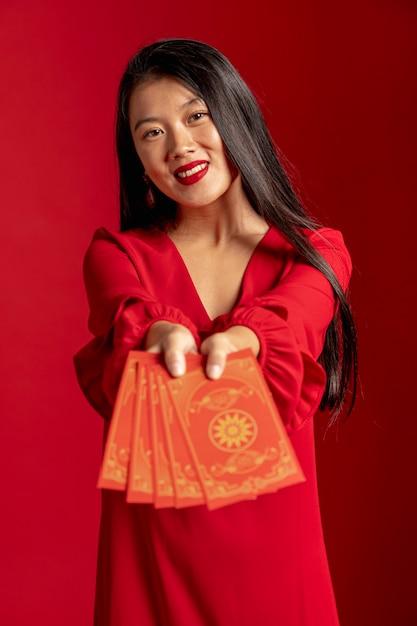 中国の新年カードを示す赤いドレスのモデル 無料写真