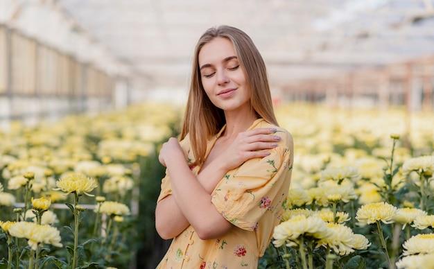 Вид спереди мечтательная женщина с цветочным фоном Бесплатные Фотографии
