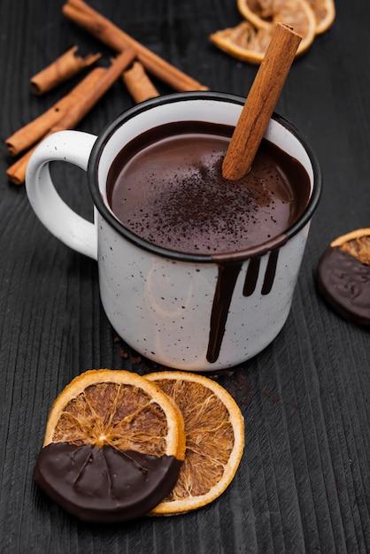 シナモンスティックと乾燥オレンジスライスのホットチョコレート 無料写真