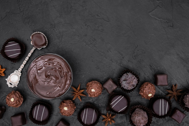 平干しキャンディーと溶かしたチョコレート、コピースペース付き 無料写真