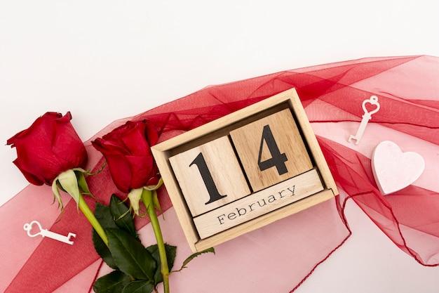 Вид сверху ассортимент с розами и шарфом Бесплатные Фотографии