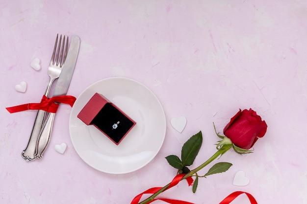 花とピンクの背景を持つビューの配置の上 無料写真