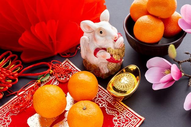 Статуэтка крысы и мандарины новый китайский год Бесплатные Фотографии