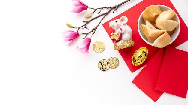 Печенье с предсказаниями и статуэтка крысы китайский новый год Бесплатные Фотографии