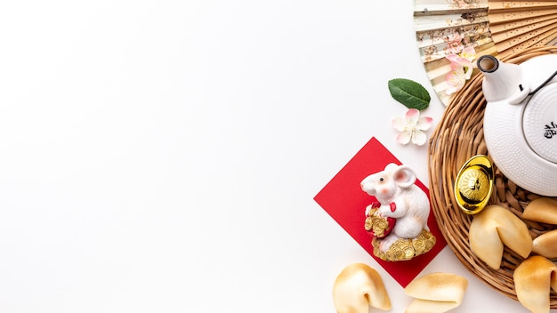 Вид сверху крысиной статуэтки и чайника китайский новый год Бесплатные Фотографии