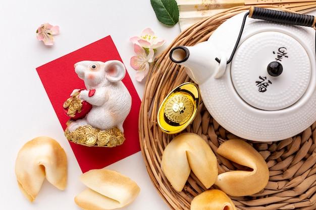Плоская планировка чайника и статуэтки крысы китайский новый год Бесплатные Фотографии
