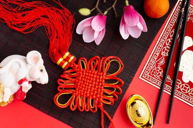 Вид сверху подвеска и крыса фигурка китайский новый год Бесплатные Фотографии