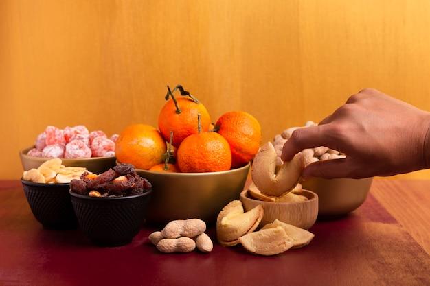 Мандарины и печенье с предсказаниями на китайский новый год Бесплатные Фотографии