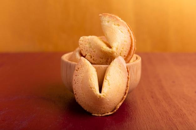 中国の旧正月のための黄金の背景を持つフォーチュンクッキー 無料写真