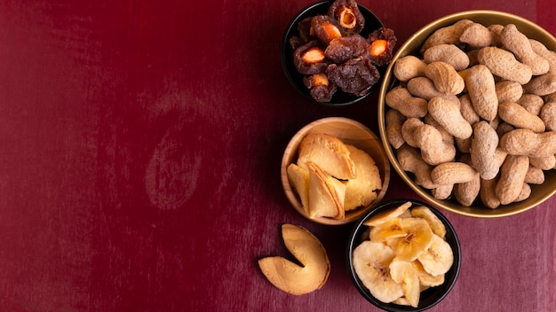 Вид сверху арахиса и ассортимента китайских новогодних угощений Бесплатные Фотографии