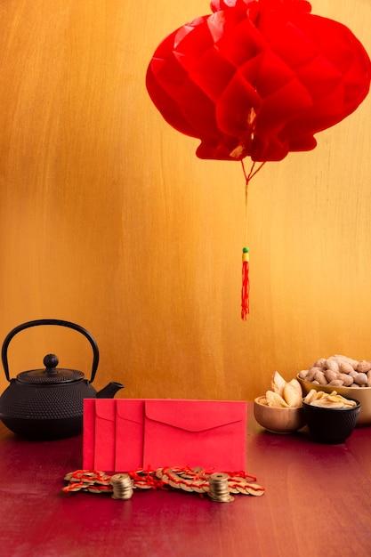 封筒と中国の新年のティーポットとランタン 無料写真