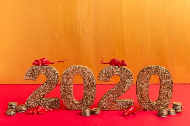 Китайский новый год золотой номер с крысиными статуэтками и монетами Бесплатные Фотографии