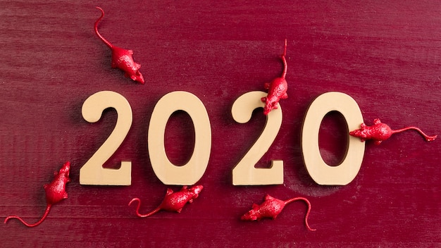 Китайские новогодние статуэтки крысы на красном фоне Бесплатные Фотографии