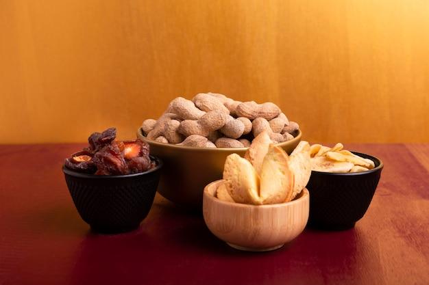 ピーナッツのボウルと中国の旧正月のための他の珍味の正面図 無料写真