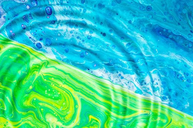 緑と青の表面にクローズアップ水リング 無料写真