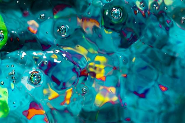 水の青い波と気泡が横たわっていた 無料写真