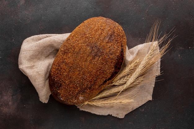 ジュート生地に無愛想なパン 無料写真