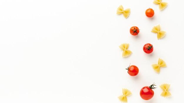 Сырые фарфалле с помидорами с копией пространства Бесплатные Фотографии
