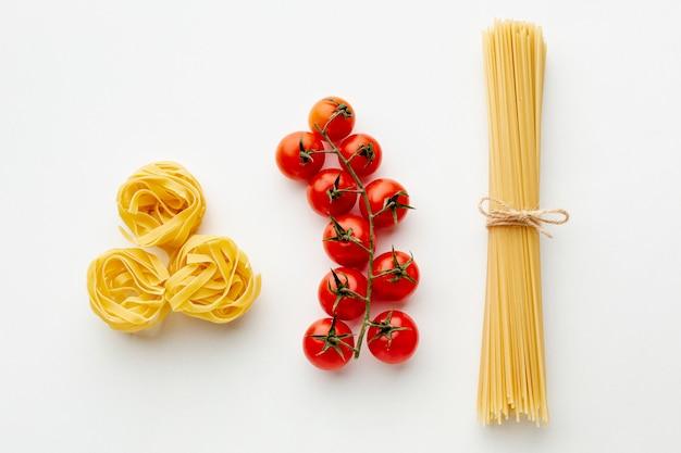 Сырые тальятелле спагетти и помидоры черри Бесплатные Фотографии