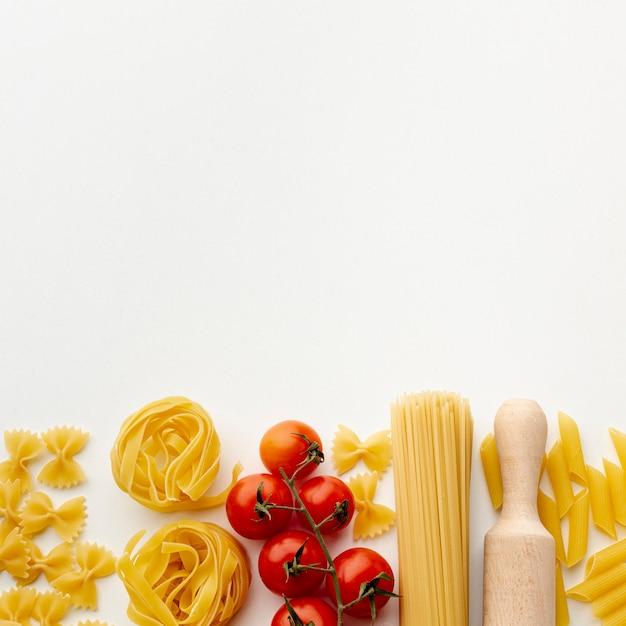 Микс из сырых макарон и помидоров черри с копией пространства Бесплатные Фотографии
