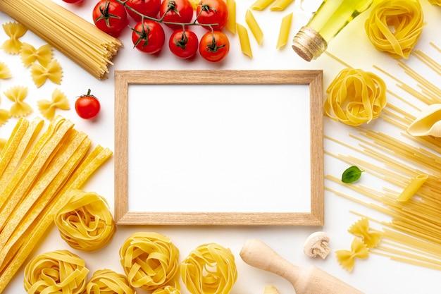 未調理パスタトマトとフレームモックアップのミックス 無料写真