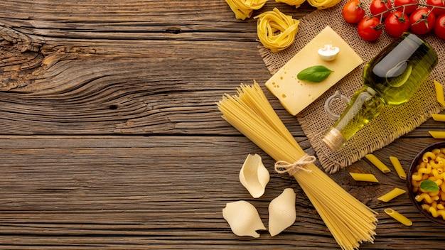 Сырье паста смешать с помидорами и твердым сыром с копией пространства Бесплатные Фотографии