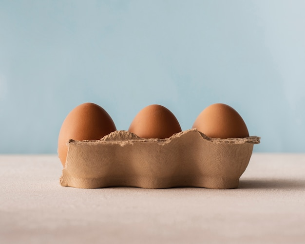 Коробка с коричневыми яйцами, вид спереди Бесплатные Фотографии