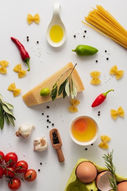フラットレイパルメザンチーズパスタと食材 無料写真